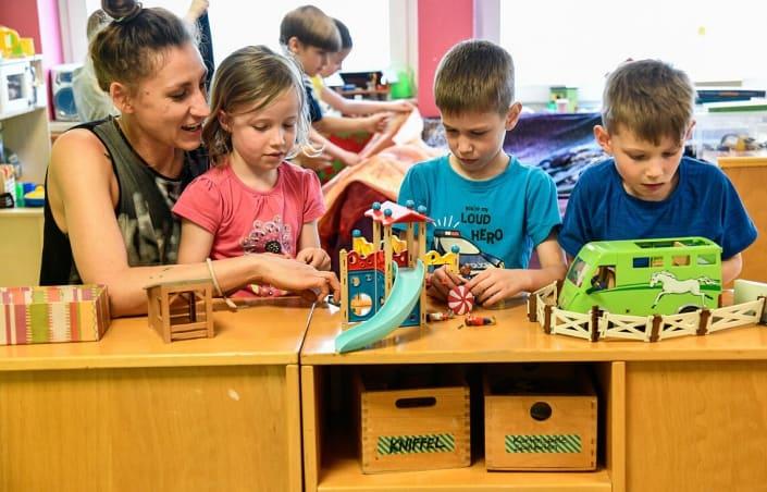 Hortkinder spielen Playmobil