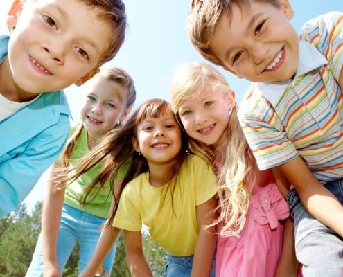 Fröhliche Kinder im Halbkreis