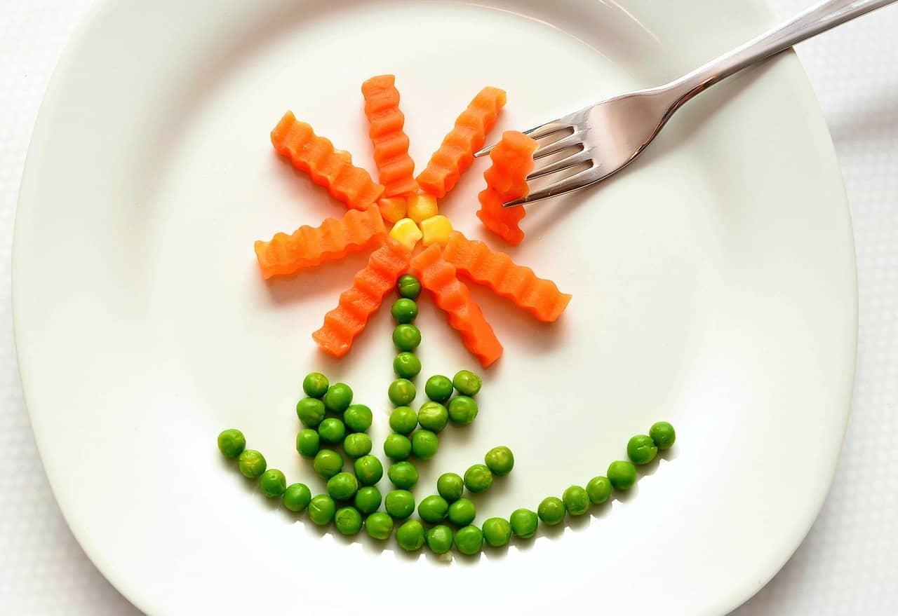 Gemüse-Blume aus Karotten, Erbsen und Mais