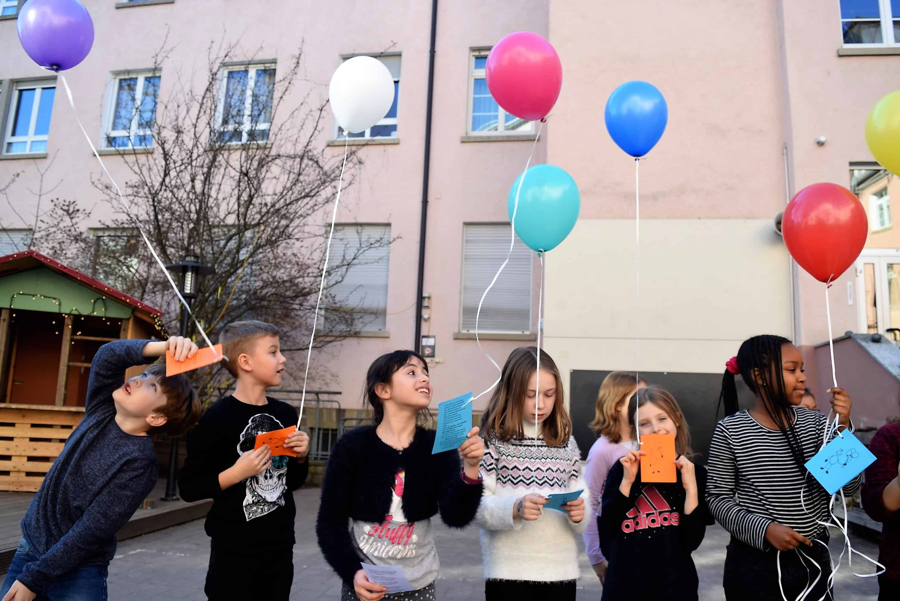 Kinder halten Luftballons