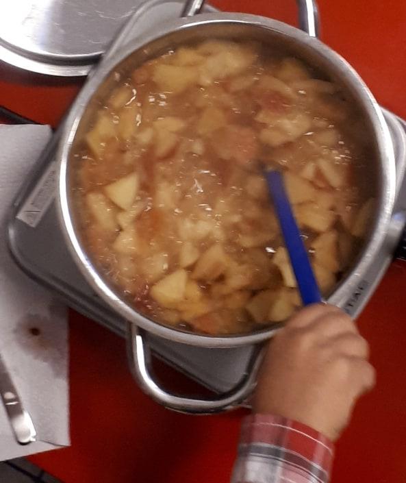 Kochtopf mit Apfelbrei